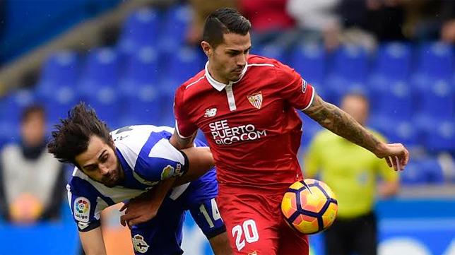 Vitolo se marcha de Arribas en el Deportivo-Sevilla (Foto: EFE)