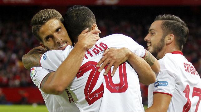 Carriço abraza a Vitolo en presencia de Sarabia