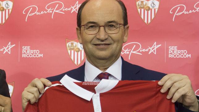José Castro posa con la camiseta del Sevilla (Foto: EFE)