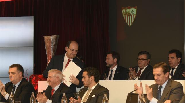 José Castro y el consejo de administración del Sevilla, en la junta de accionistas (Foto: J. Spínola)