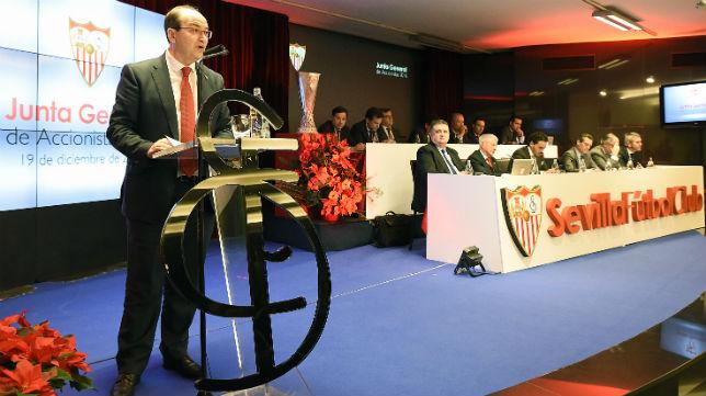 José Castro, hablando del presupuesto en la junta de accionistas del Sevilla (Foto: J. Spínola)