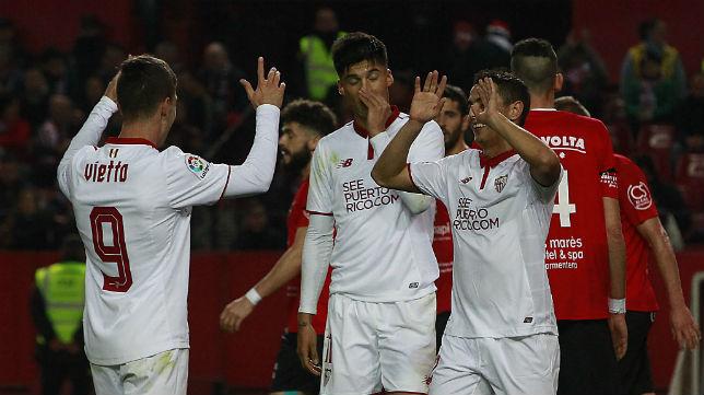 Sarabia y Vietto, en presencia de Correa, celebran uno de los goles del Sevilla FC al Formentera (Foto: Raúl Doblado)