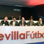 El consejo de administración, en la junta de accionistas del Sevilla (Foto: J. Spínola)