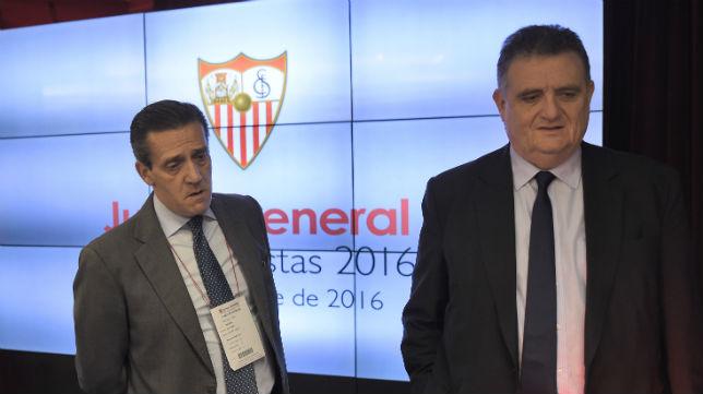 José María Cruz y Juan Luis Villanueva, en la junta de accionistas del Sevilla (Foto: J. Spínola)
