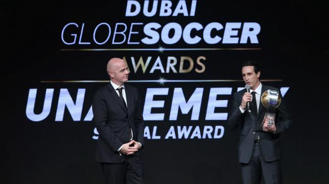 Emery, junto al presidente de la FIFA Gianni Infantino, en el discurso al recibir su premio