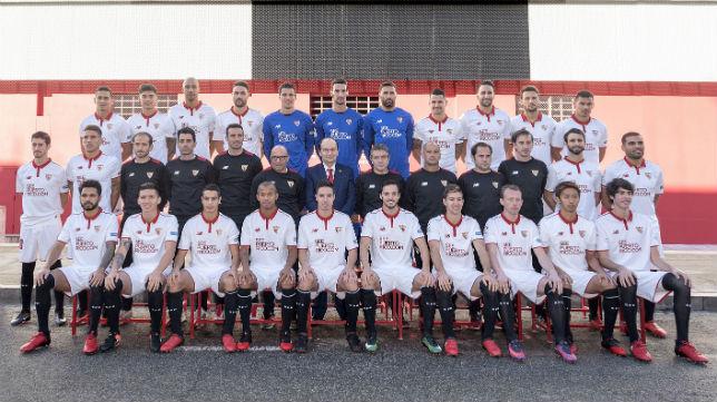 Jugadores, técnicos y presidente, posan en los aledaños del Ramón Sánchez-Pizjuán (Foto: Sevilla FC)
