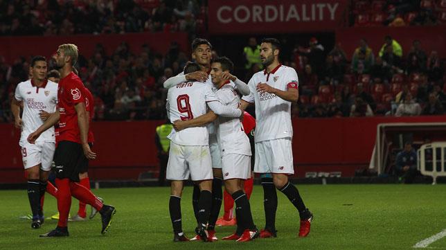 Los jugadores sevillistas celebran uno de sus goles ante el Formentera (Foto: Raúl Doblado).