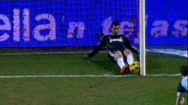Momento en el que Albiol saca prácticamente de dentro de la portería el balón de Luis Fabiano en 2011