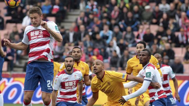 Los sevillistas Mercado, Nzonzi y Rami, en un lance del Granada-Sevilla FC
