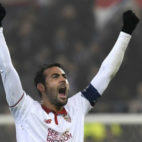 Vicente Iborra celebra el pase del Sevilla FC a los octavos de final de la Champions (Foto: Reuters)
