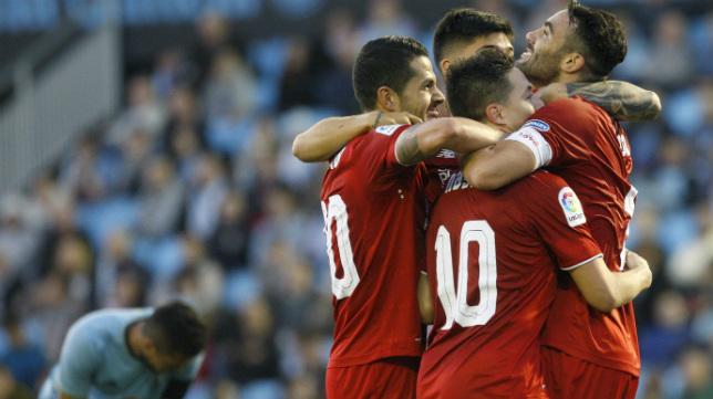 Iborra es felicitado en Balaídos por sus compañeros tras marcar uno de sus tres goles