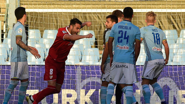 Vicente Iborra celebra el primero de sus dos goles al Celta
