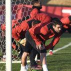 Iborra, junto a otros compañeros, se ejercita en la ciudad deportiva. Foto: Sevilla FC