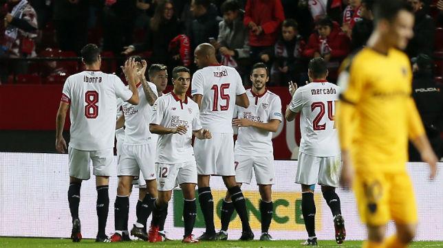 Iborra, Ben Yedder, Vietto, Nzonzi, Sarabia y Mercado, en el Sevilla FC-Málaga (Foto: EFE)