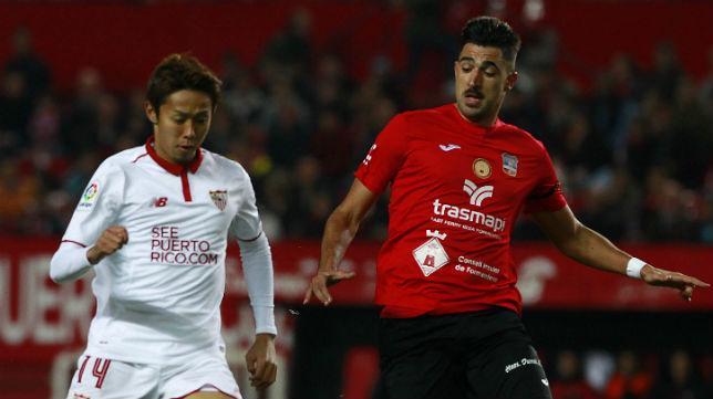 Kiyotake le gana la posición a un jugador del Formentera (Foto: Raúl Doblado)
