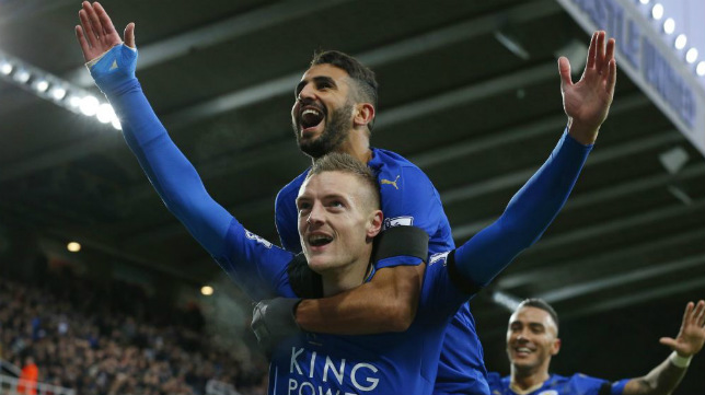 Vardy y Mahrez celebran un gol con el Leicester City