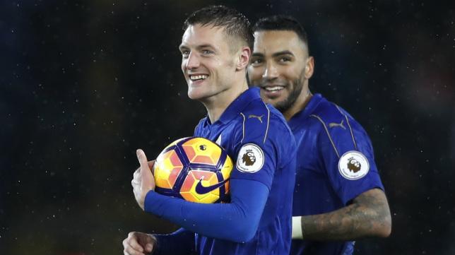Vardy, delantero del Leicester, se queda con el balón tras hacerle un hat-trick al Manchester City