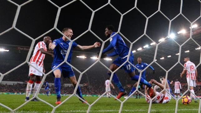 El jugador del Leicester Amartey celebra el gol anotado en el campo del Stoke City (Foto: Reuters)