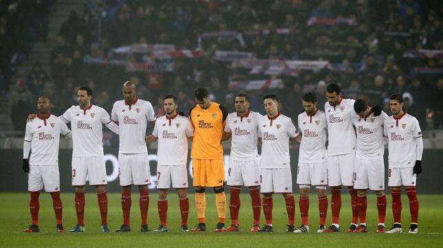 Los jugadores del Sevilla guardan un minuto de silencio en Lyon (Foto: Efe).