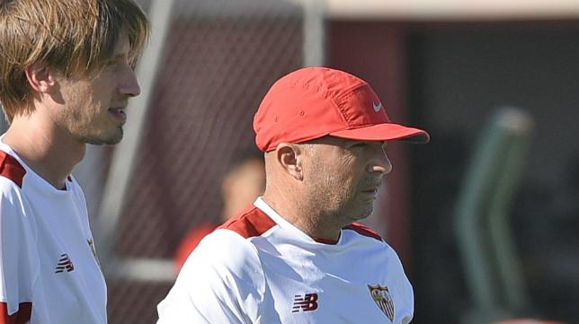 Matías Manna, junto a Jorge Sampaoli, en un entrenamiento del Sevilla (Foto: Jesús Spínola)