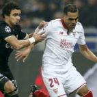 Mercado trata de zafarse de Rafael en el Lyon-Sevilla (Foto: Reuters)