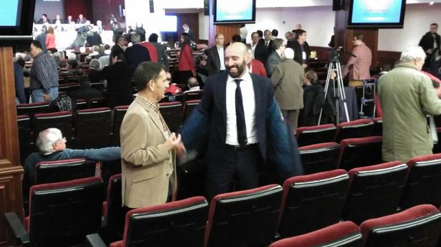 Monchi saluda a un accionista en la Junta