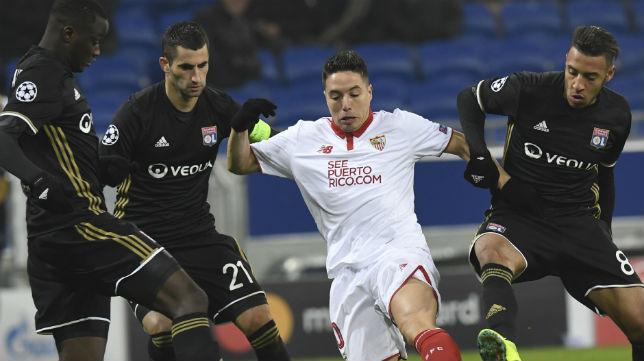 Samir Nasri intenta llevarse un balón entre tres jugadores del Lyon. (Foto: AFP)