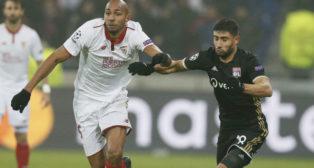 Nzonzi se zafa de Fekir en el Lyon-Sevilla (Foto: Reuters)