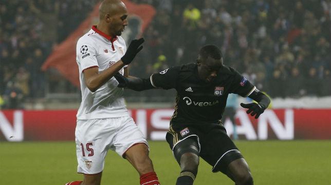 Nzonzi disputa un balón con el jugador del Olympique de Lyon Diakhaby (Foto: EFE)