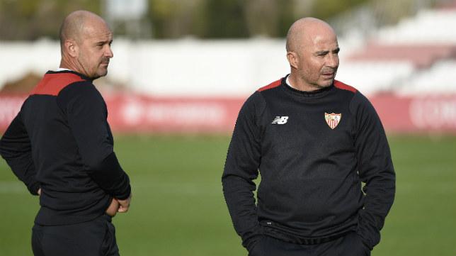 El técnico del Sevilla FC, Jorge Sampaoli, junto al preparador físico Jorge Desio. Foto: J. Spínola