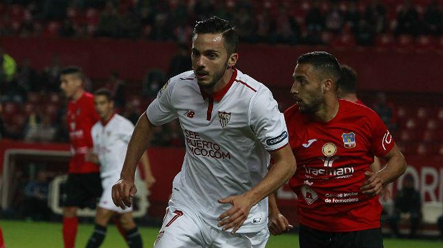 Sarabia se marcha de un jugador del Formentera (Foto: Raúl Doblado)