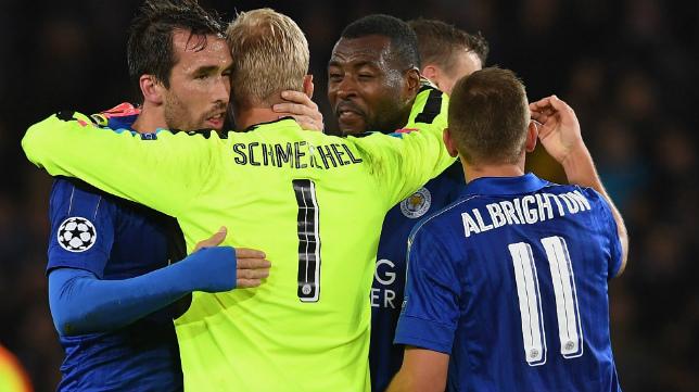 El portero del Leicester Kasper Schmeichel se abraza con sus compañeros