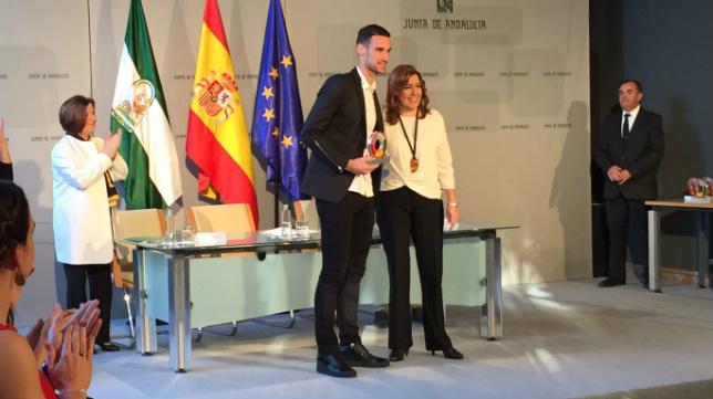Rico recibe el premio Andalucía Joven de manos de la presidenta de la Junta, Susana Díaz