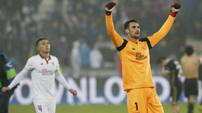 Sergio Rico celebra la clasificación para octavos de final de la Champions League en Lyon