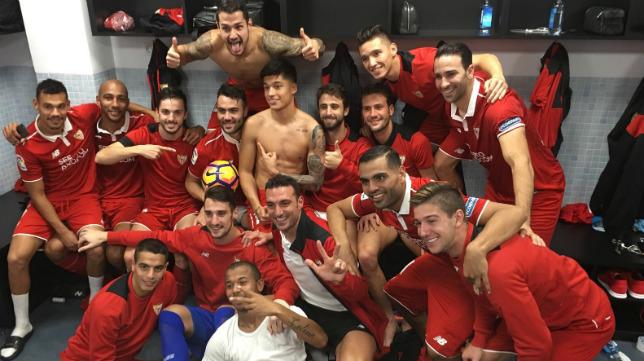 Iborra se fotografió con sus compañeros, con el balón del partido, en el vestuario de Balaídos