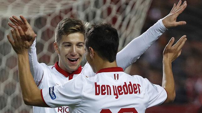 Vietto y Ben Yedder se felicitan tras uno de los goles sevillistas (Foto: Efe).
