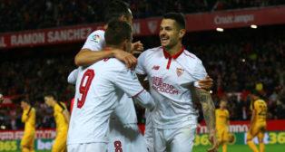 Vitolo celebra con sus compañeros uno de los goles anotados ante el Málaga (Foto: Reuters)