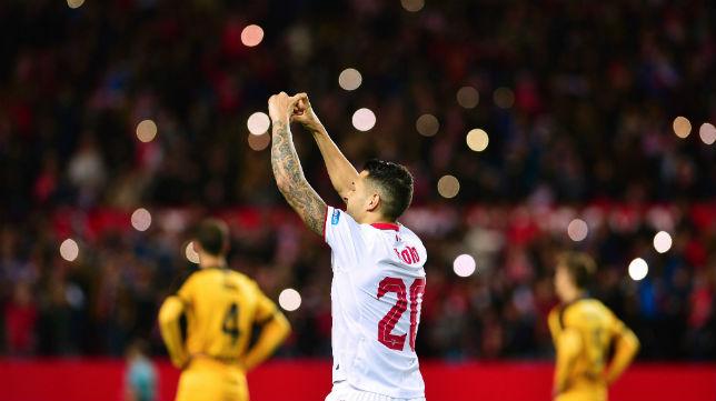 Los aficionados del Sevilla celebran el gol logrado por Vitolo ante el Málaga (Foto: AFP)