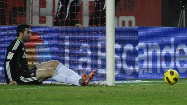 Albiol saca el balón que Luis Fabiano había anotado como gol que no concedió Undiano Mallenco