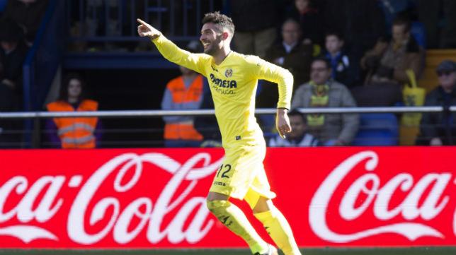 El defensa del Villarreal Álvaro González celebra su gol al Granada