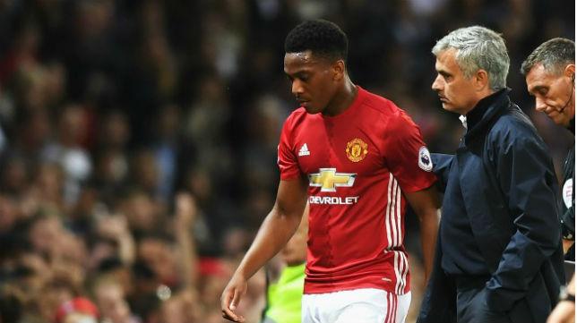 Martial dialoga con Mourinho en un partido reciente
