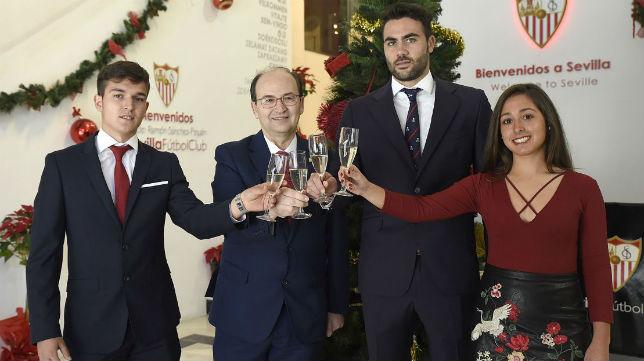 José Castro y los capitanes del Sevilla brindan por un 2017 de éxitos deportivos (Foto: SevillaFC)