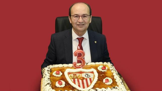 José Castro, con una tarta en su tercer aniversario como máximo mandatario nervionense (Foto: SFC)
