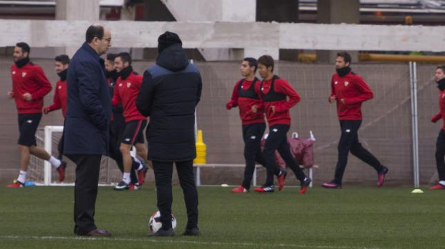 José Castro y Sampaoli conversan durante el entrenamiento del Sevilla FC