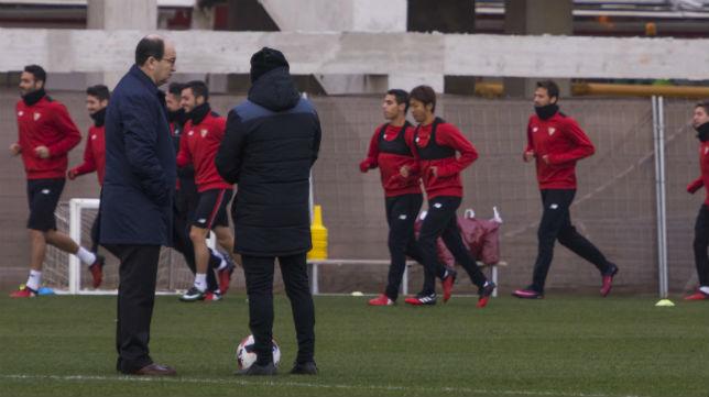 José Castro observa el entrenamiento sobre el césped junto a Sampaoli (Foto: EFE).