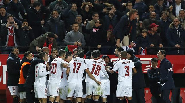 Los jugadores del Sevilla FC corrieron a su banquillo para celebrar todos juntos el gol de Jovetic (Foto: EFE)