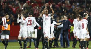 Los jugadores del Sevilla, en el centro del campo del Sánchez-Pizjuán (Foto: EFE)