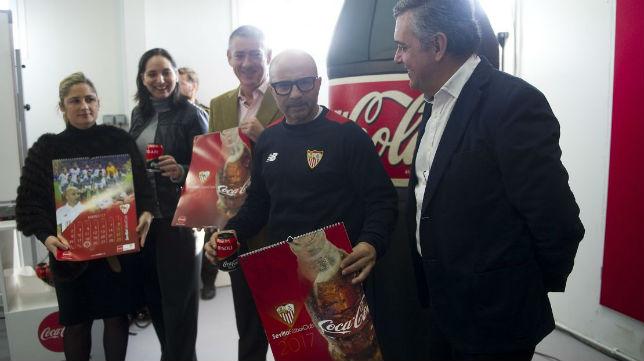 Sampaoli recibe de los responsables de Coca-Cola el calendario 2017 (Foto: SFC)