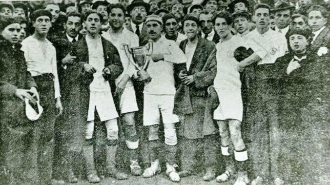 Los jugadores sevillistas muestran la primera de las 18 copas de Andalucía ganadas por el club (Foto: Olmedo)