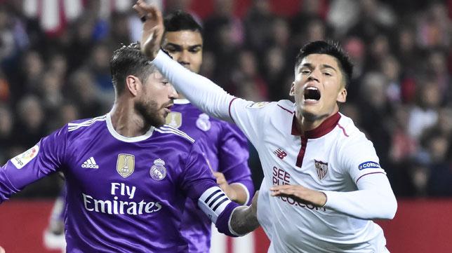 Correa cae ante Sergio Ramos (Foto: EFE).